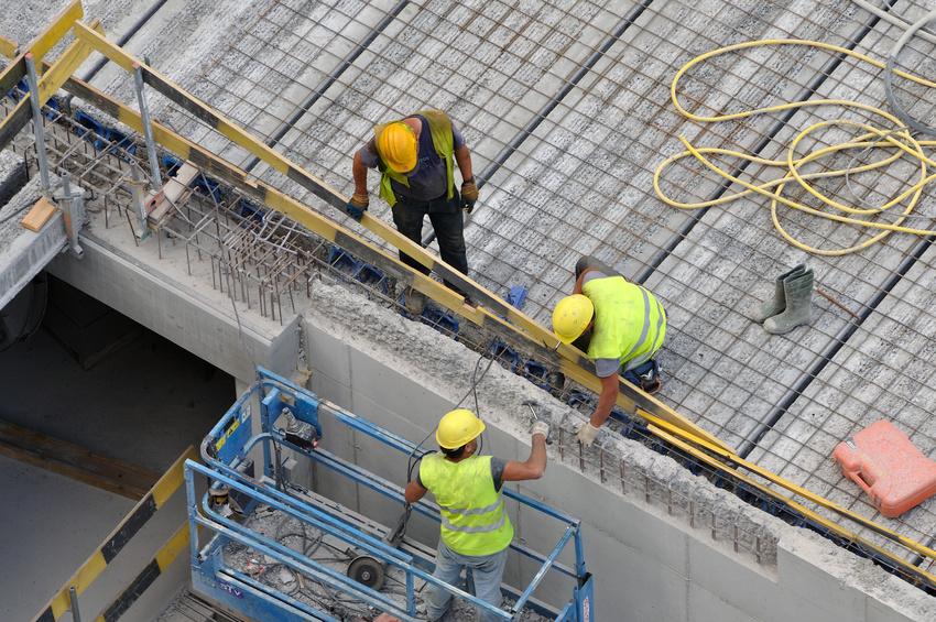 Ouvriers sur chantier en action
